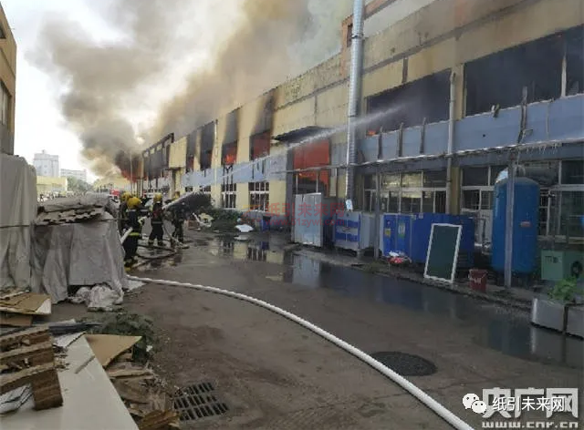 昨天早上江西一纸业公司仓库被大火吞噬