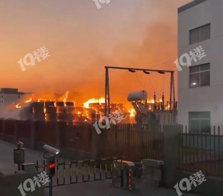 平湖一造纸厂突发火情!这火势也太猛了啊!堆在外面一长排纸都烧起来了……